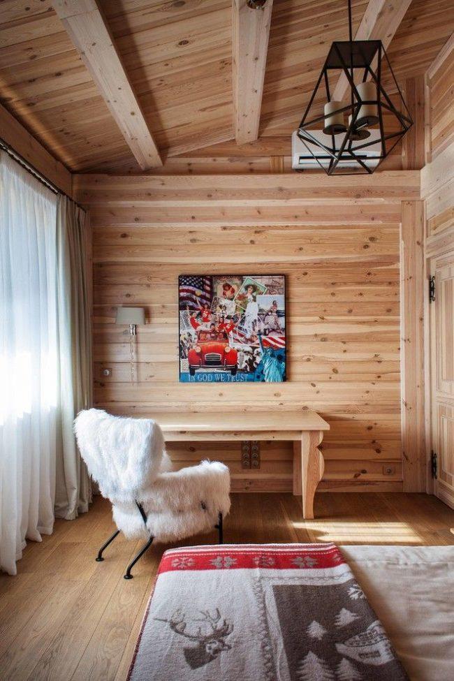 Rideaux lumineux sur une fenêtre avant dans un intérieur en bois