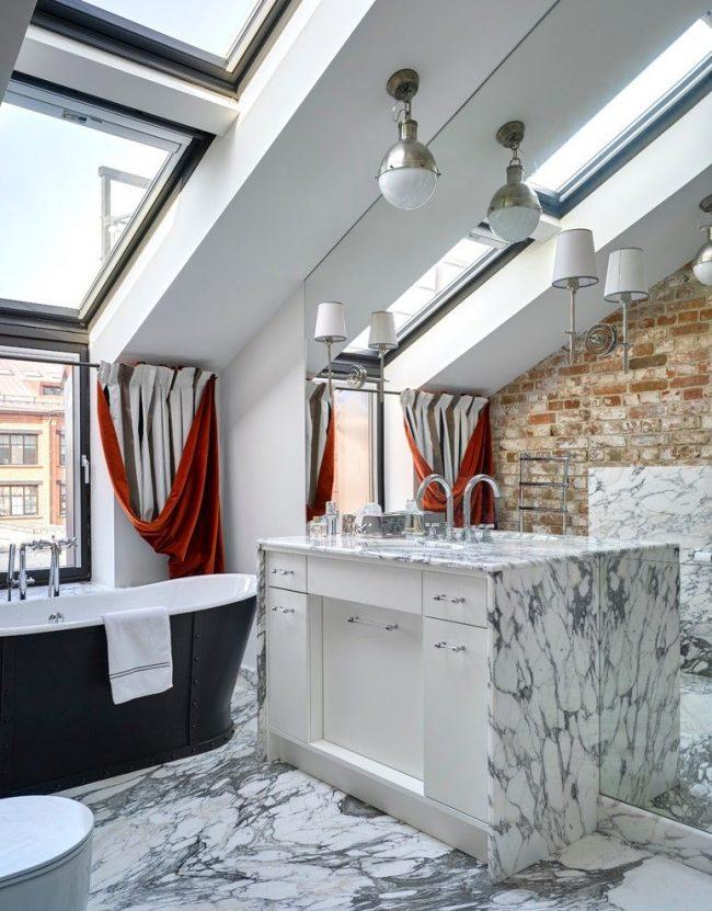 Salle de bain sur le toit élégante et moderne avec de grandes fenêtres et des rideaux bicolores