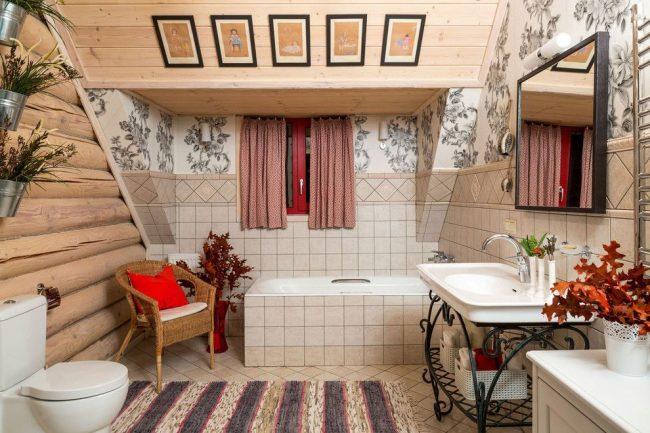 Petits rideaux dans une salle de bain mansardée de style campagnard