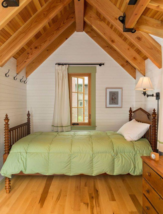 Chambre confortable de style campagnard avec de petits rideaux lumineux