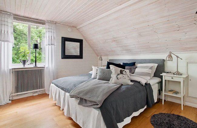 Rideaux en lin clair dans la chambre scandinave
