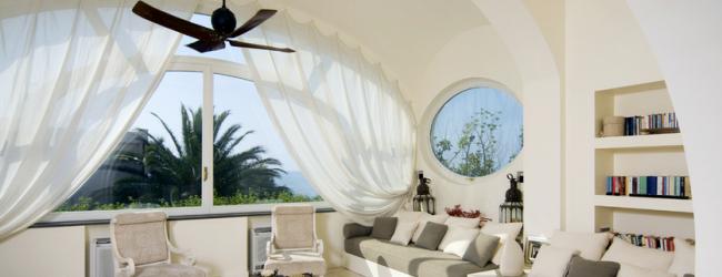 Fenêtre cintrée avec corniche assortie et rideaux blancs