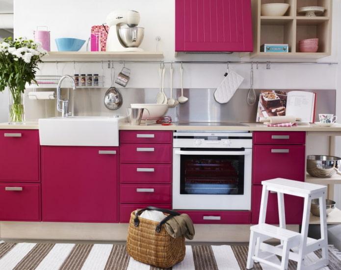 meubles et appareils électroménagers à l'intérieur de la cuisine dans des tons roses