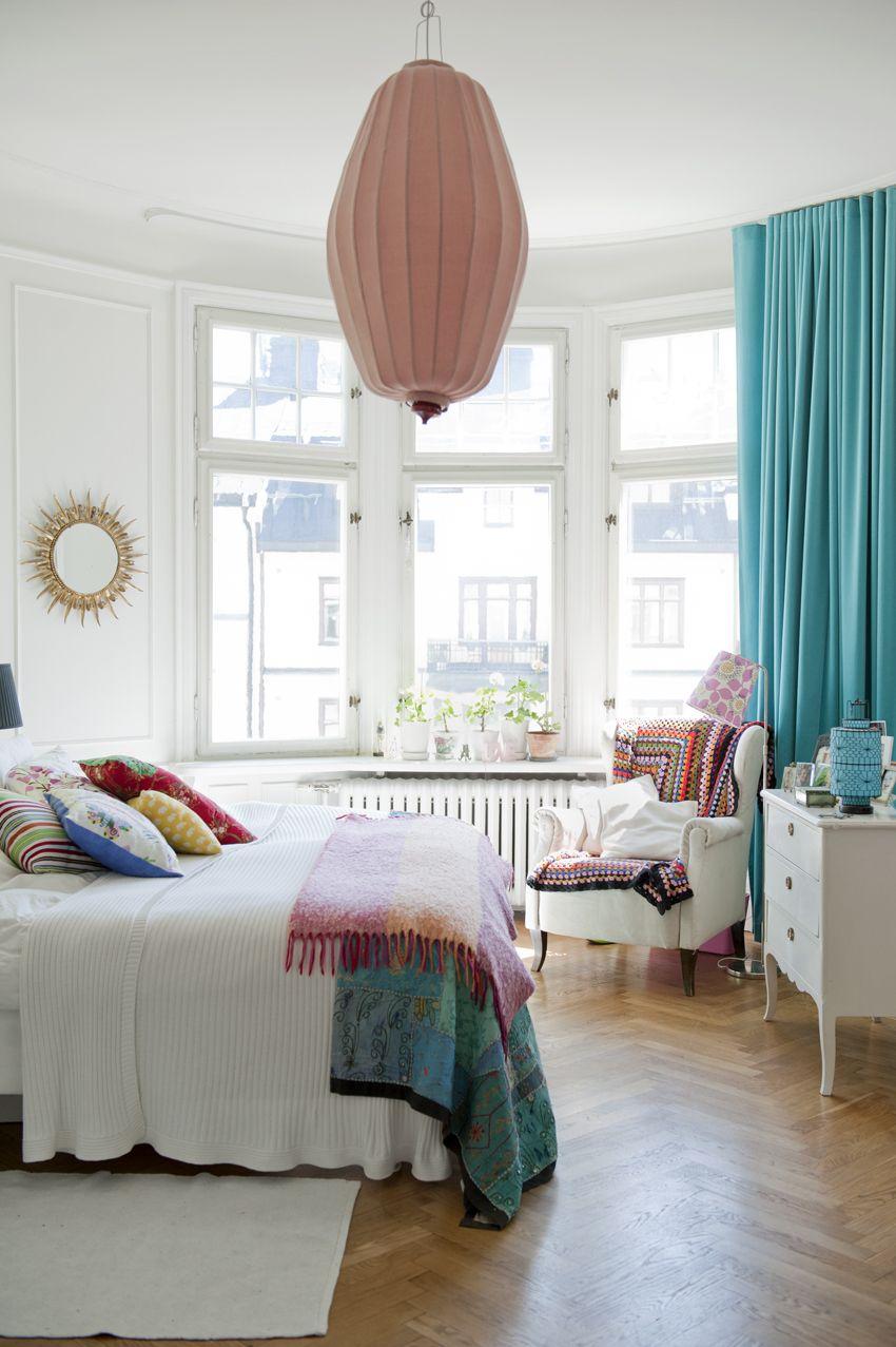 De beaux rideaux turquoise pour une baie vitrée ronde