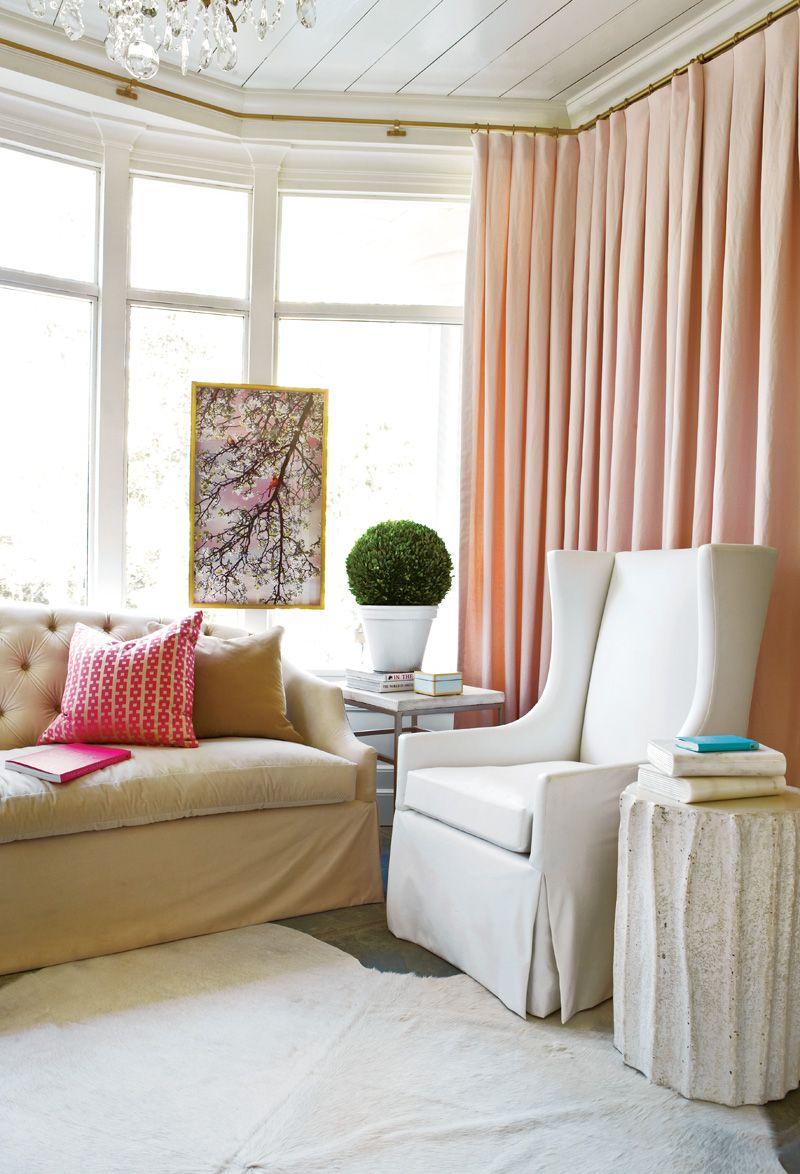 Les rideaux délicats de teinte rose sont parfaitement combinés avec le style général de l'intérieur aux couleurs pastel