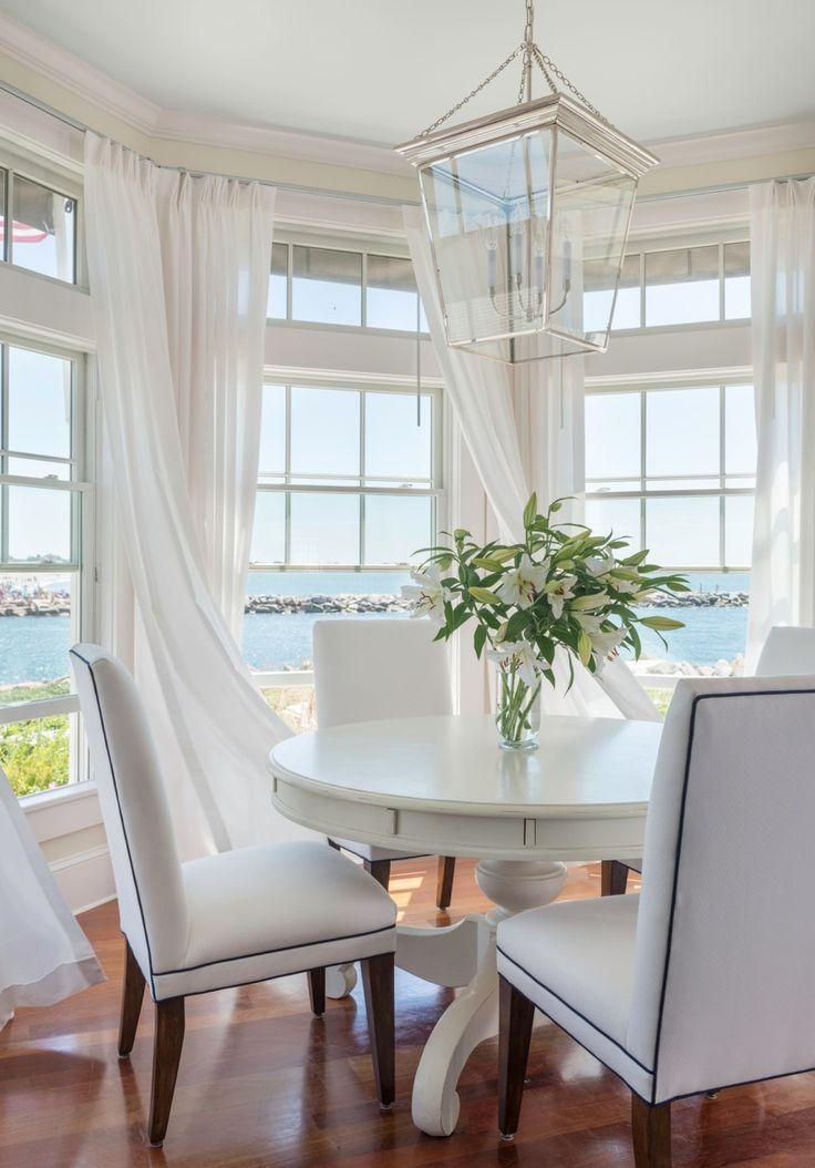 Des rideaux blancs pour une baie vitrée créent une sensation de légèreté et de légèreté dans la cuisine