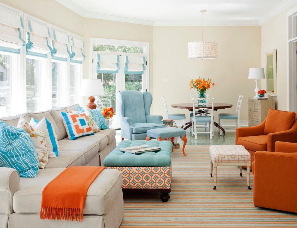 Les rideaux pour une baie vitrée doivent être sélectionnés en tenant compte de toutes les subtilités du style général de l'intérieur