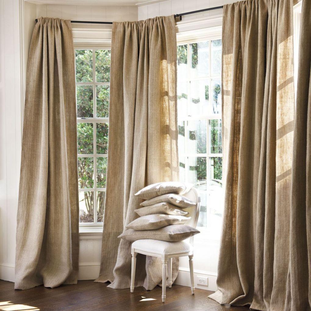Des rideaux pastel pour une baie vitrée dans la chambre créent une sensation de confort et de convivialité
