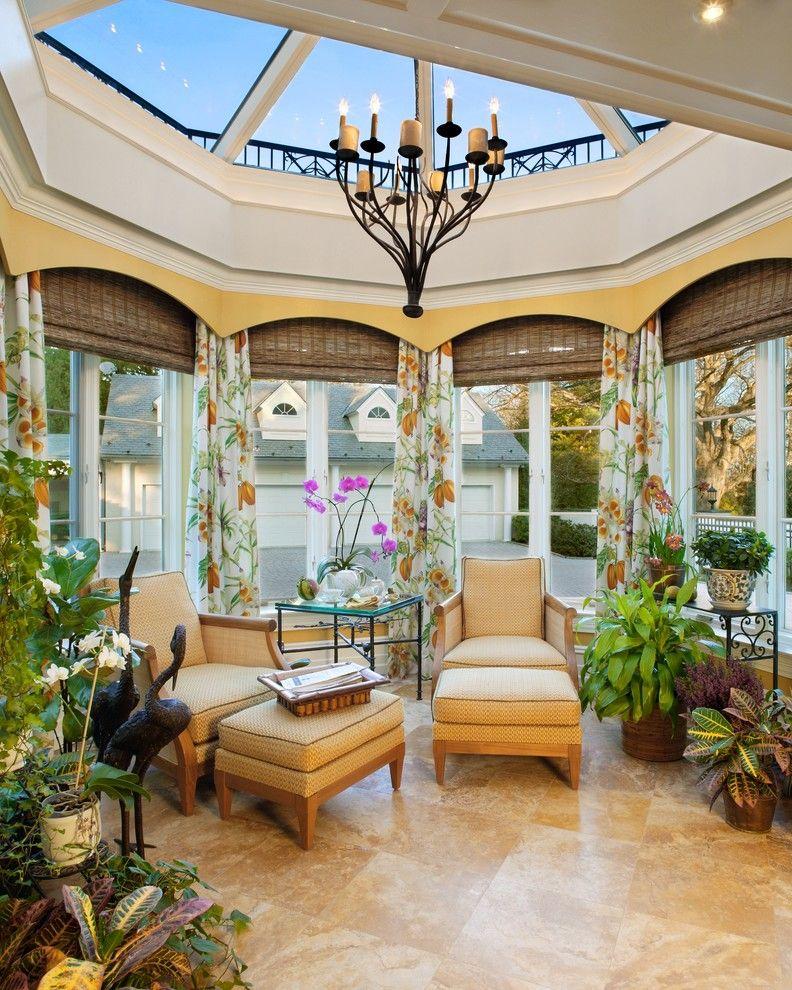 Les rideaux de baie vitrée aux motifs naturels s'intègrent harmonieusement dans une baie vitrée avec fonction de jardin d'hiver