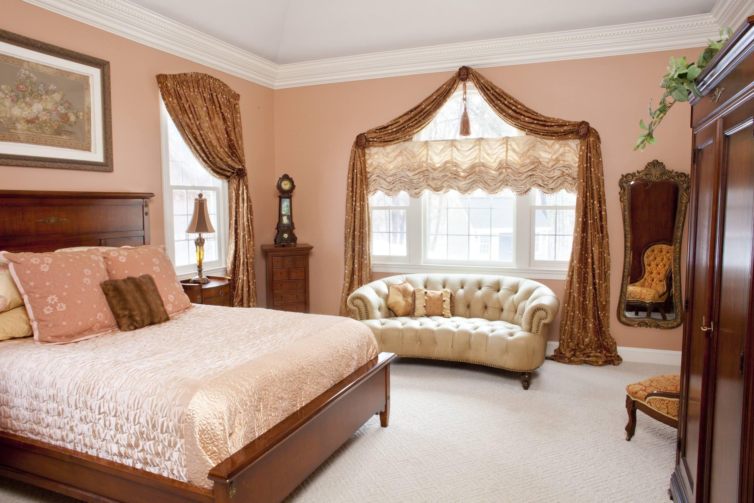Chambre confortable décorée dans des couleurs chaudes