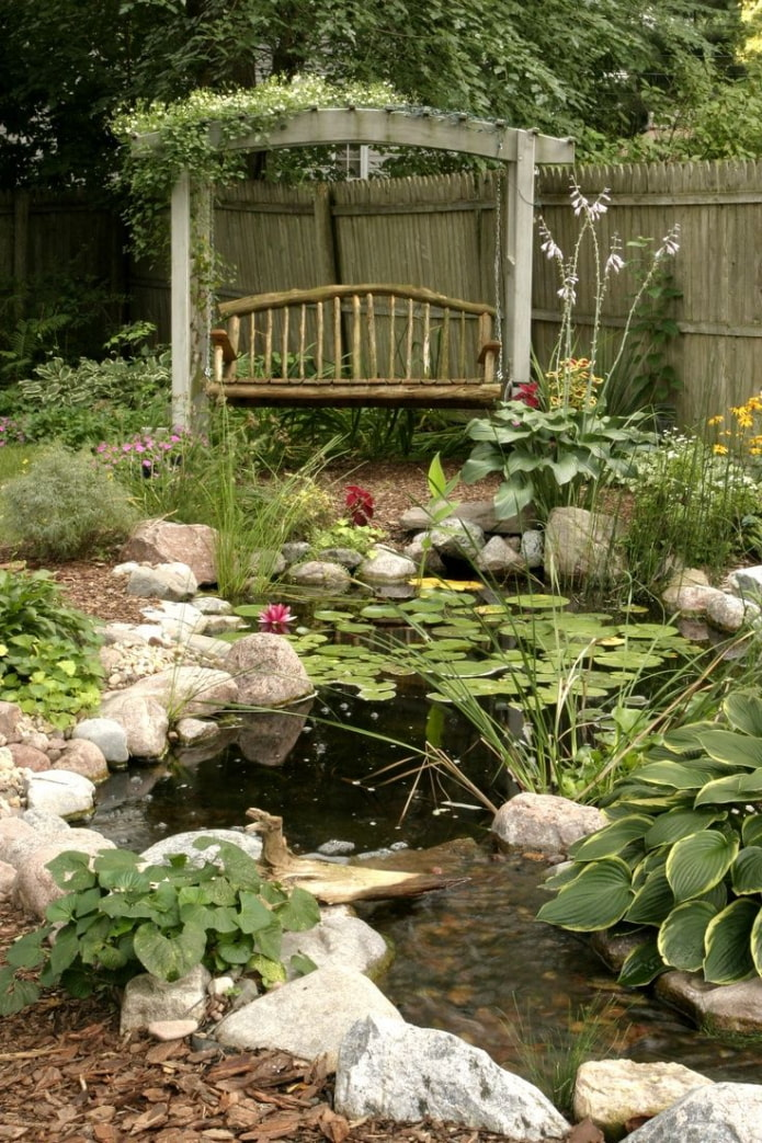 Jardin cosy avec étang