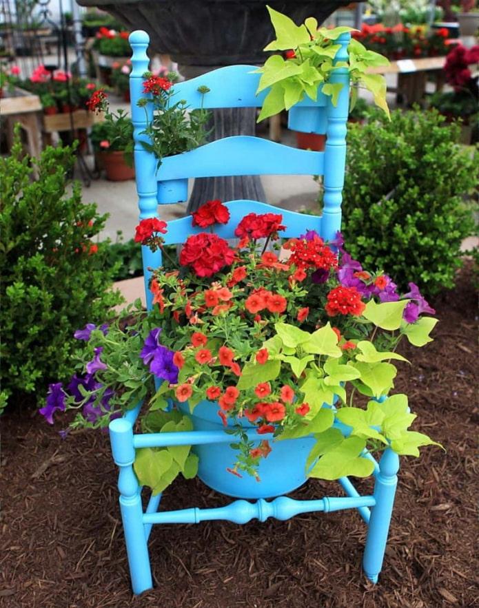 Parterre de fleurs d'une chaise