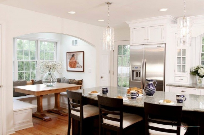 La salle à manger et la cuisine semblent ne faire qu'un, en même temps elles sont séparées par une large arche