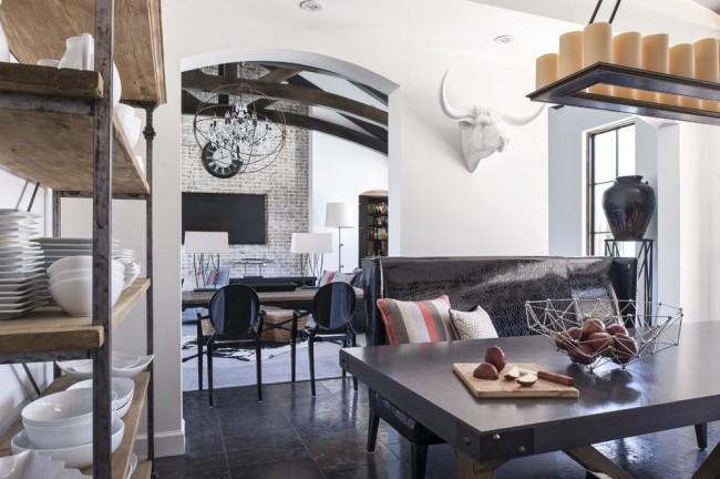 La limite entre les pièces de l'appartement est constituée d'une cloison avec des arcs