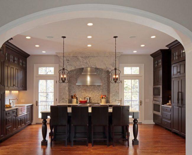 Une large arche dans la cuisine vous permet d'agrandir visuellement l'espace de la pièce