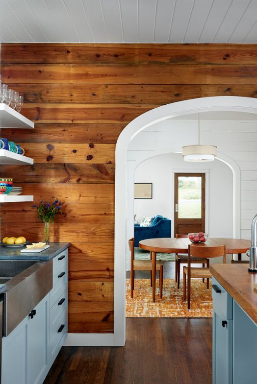 Voûte à surface lisse et décoration murale en bois dans la cuisine d'une maison de campagne