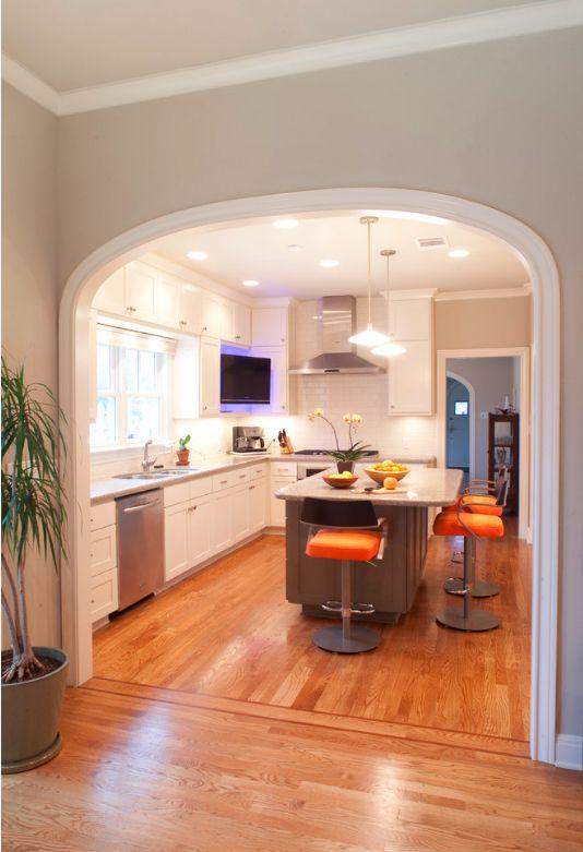 Reliant le couloir, le salon et la cuisine avec des arcs