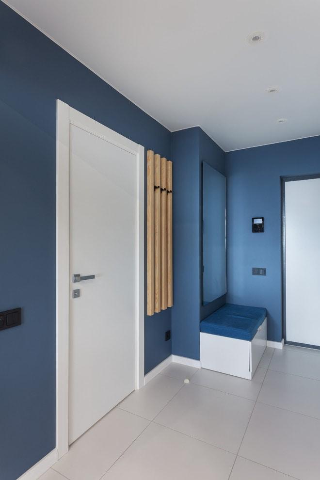 murs bleus dans le couloir
