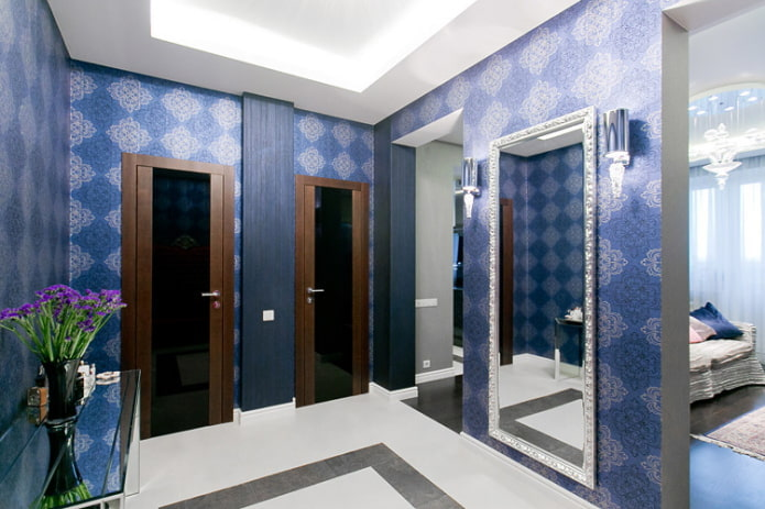 papier peint bleu dans le couloir