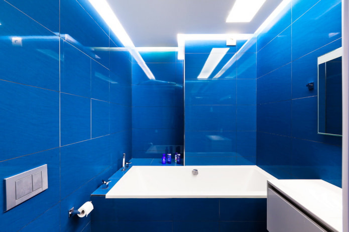 carrelage bleu clair dans la salle de bain