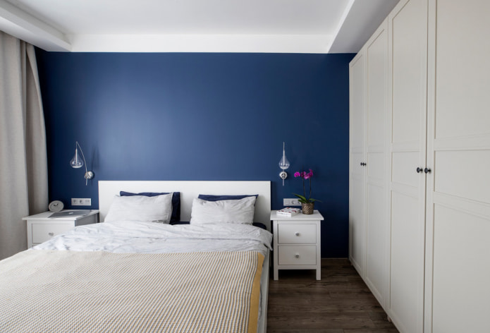 meubles blancs et murs bleus