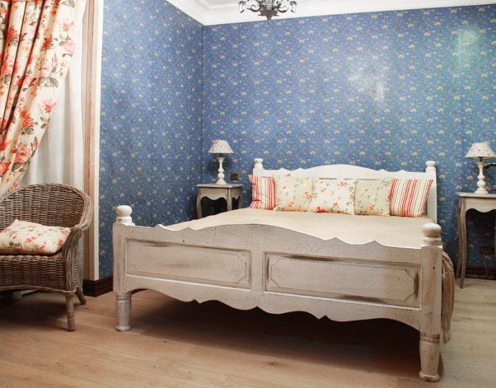 Meubles de style provençal, papier peint bleu