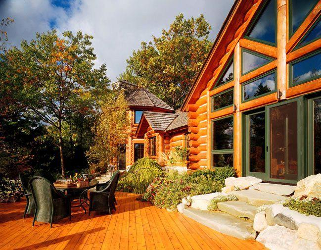 Le principal avantage de telles maisons est le respect de l'environnement et cette atmosphère particulière qui n'est inhérente qu'aux maisons en bois.