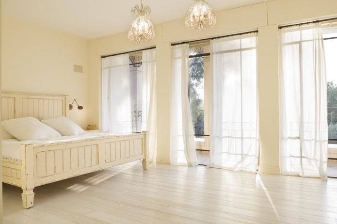 rideaux à l'intérieur de la chambre beige