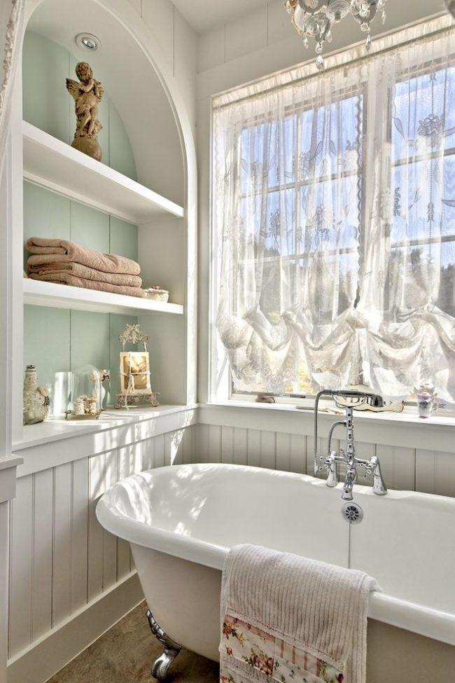 La baignoire en fonte est parfaite pour un intérieur de style provençal