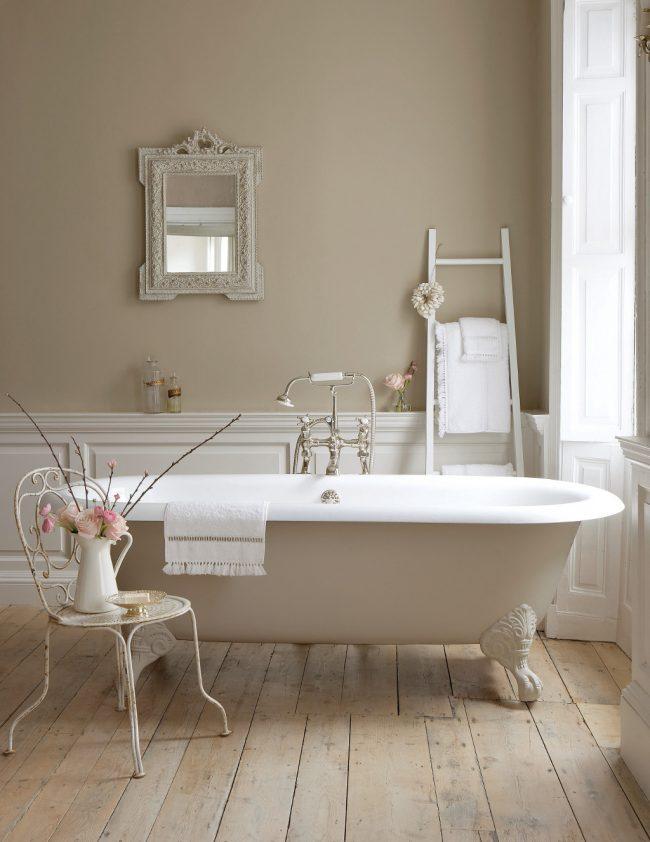Couleur beige à l'intérieur d'une salle de bain de style provençal