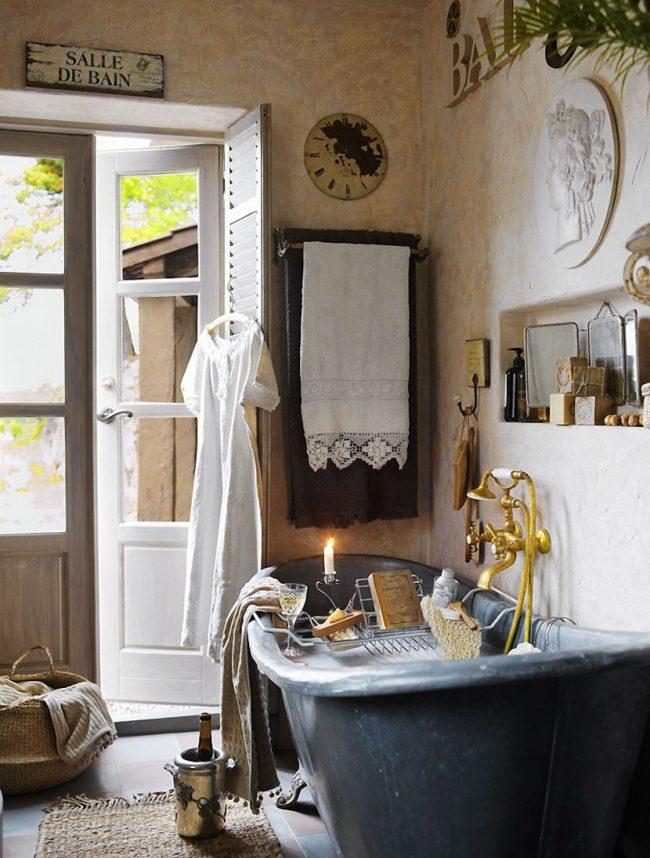Lors de la décoration d'une pièce dans le style provençal, vous devez utiliser des matériaux naturels.