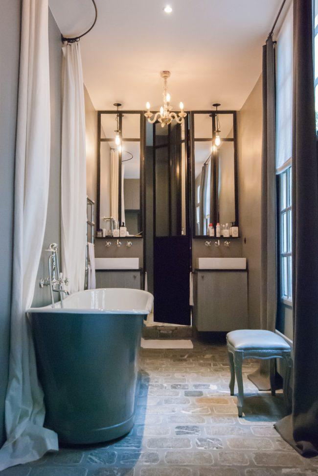 Belle salle d'hygiène aux couleurs du lit