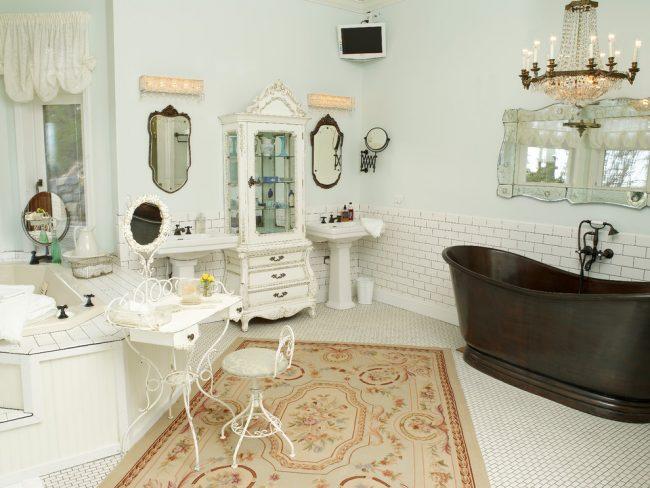 Meubles forgés gracieux dans la conception de salle de bains de style provençal