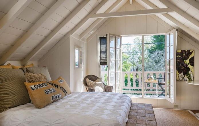 aménagement de la chambre mansardée avec balcon