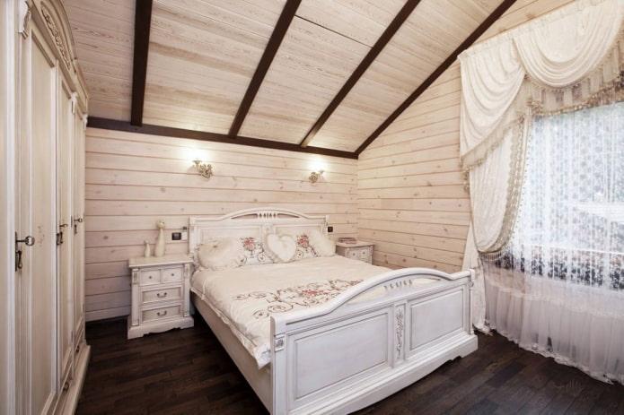Intérieur de chambre mansardée de style provençal
