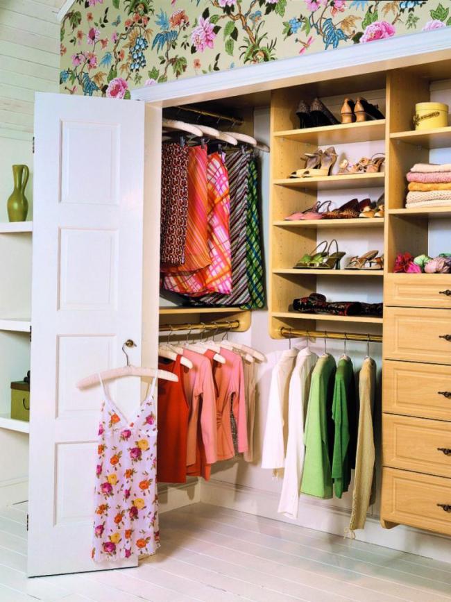 Un petit espace vous permettra d'avoir des vêtements décontractés à portée de main.  Et vous devrez renoncer aux vêtements et chaussures de saison.