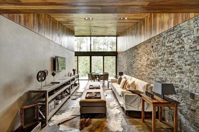 Un petit tapis de sol et des garnitures en bois ajoutent encore plus de confort à la pièce