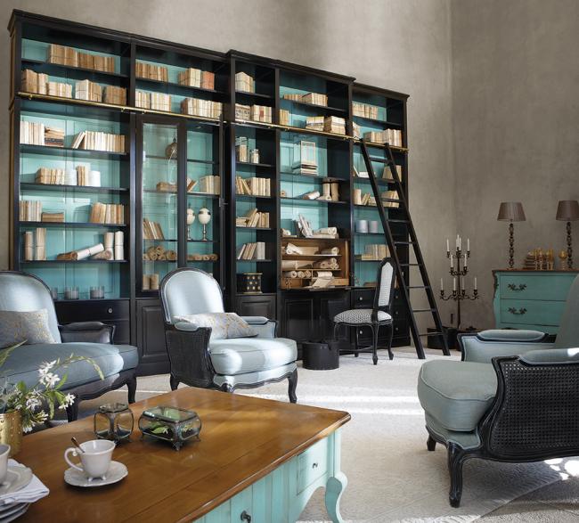 Les meubles vintage et la décoration murale naturelle semblent inhabituels et nouveaux