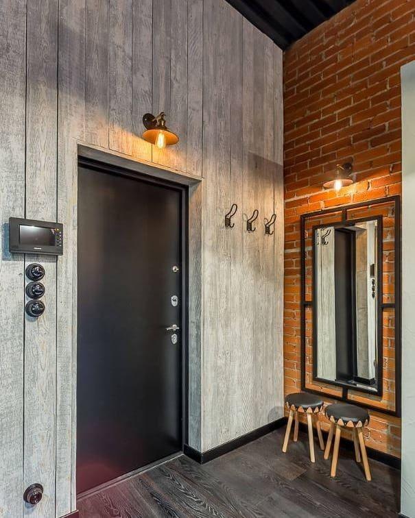 murs en bois dans le couloir
