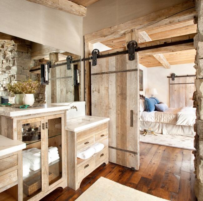 Porte coulissante en bois dans une salle de bain de style rustique