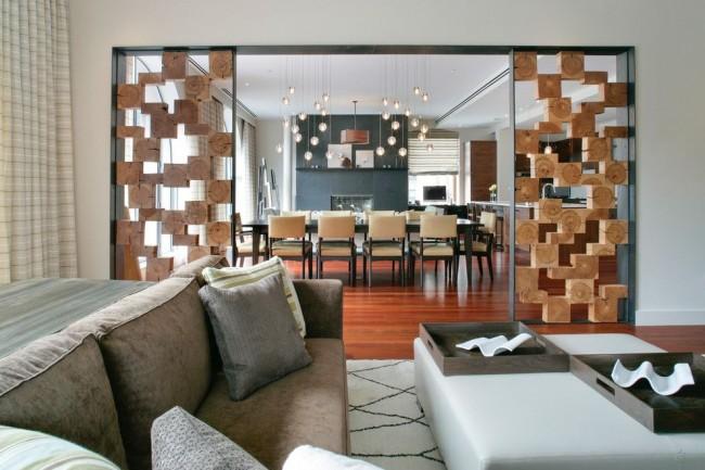 Découpes en bois dans le décor de la cloison intérieure