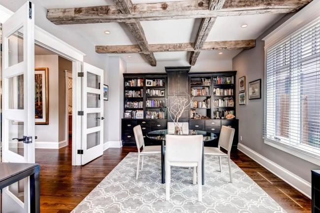 Le plafond décoré de poutres en bois est magnifique et très inhabituel