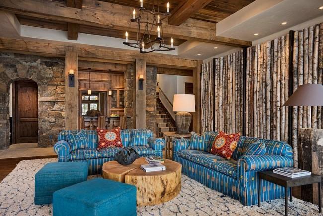 Poutres en bois sur fond de murs en pierre dans un salon de style rustique