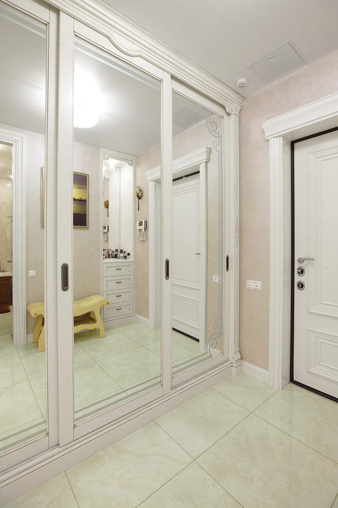 miroir intégré dans l'armoire à l'intérieur