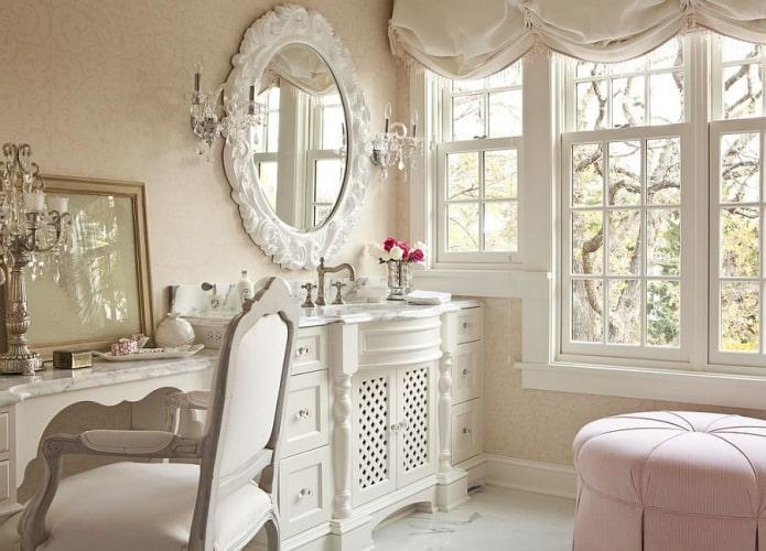 miroir ovale à l'intérieur de la salle de bain