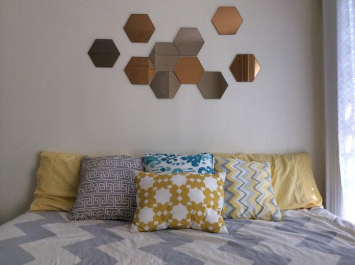 miroirs en forme d'hexagones à l'intérieur