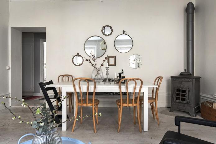 composition de miroirs sur le mur à l'intérieur de la salle à manger
