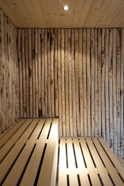 Les troncs inachevés contrastent favorablement avec les planches lisses et soignées