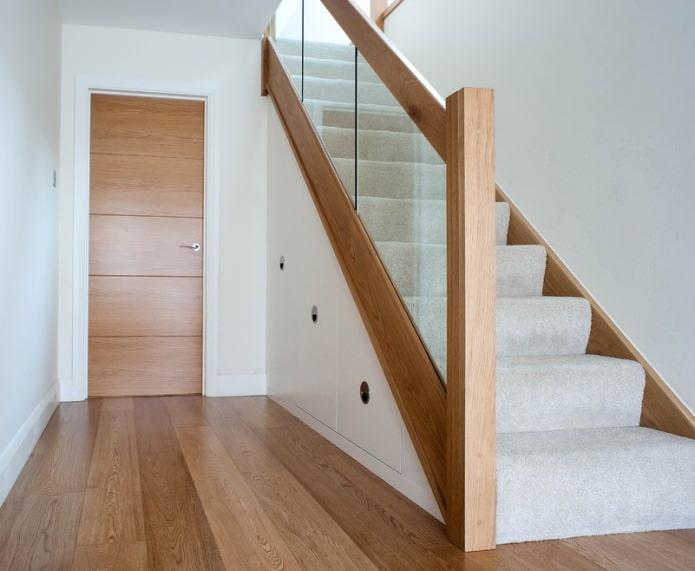 armoire sous l'escalier