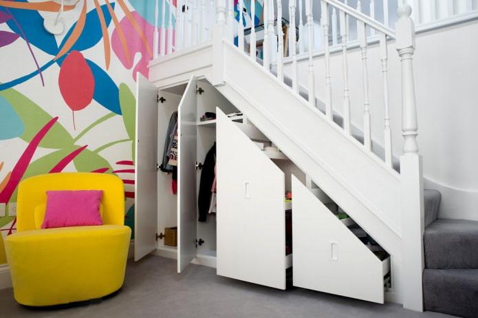 armoire intégrée sous la volée des escaliers